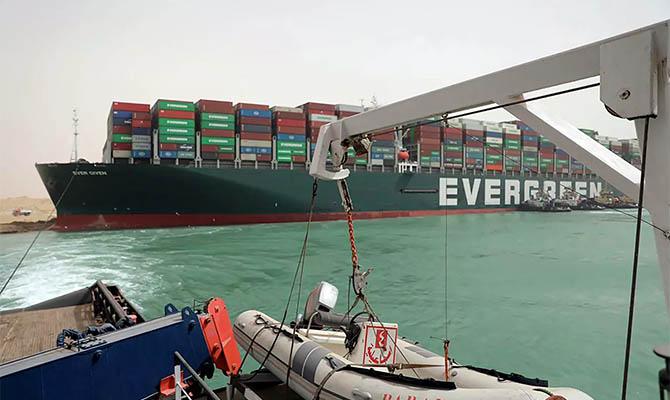 Еще два буксира идут в Суэцкий канал для помощи севшему на мель судну