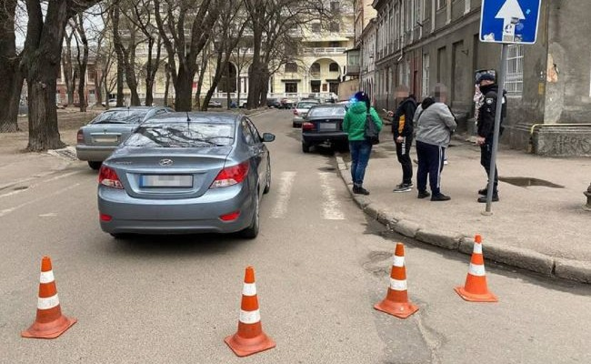 В центре Одессы водитель сбил трех человек на переходе и пытался скрыться