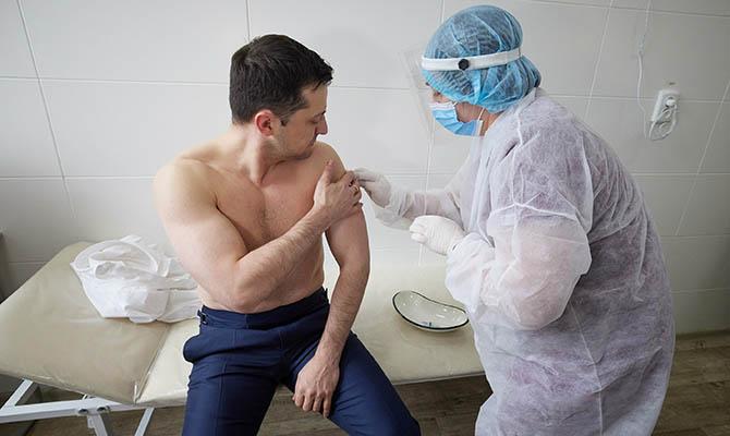 По мнению американских аналитиков, вакцинация в Украине провалена из-за политических амбиций Зеленского
