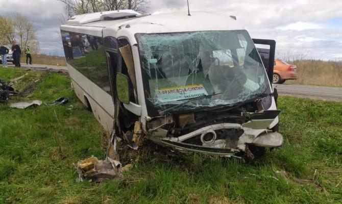 Легковушка и рейсовый автобус столкнулись под Коломыей: есть погибшие