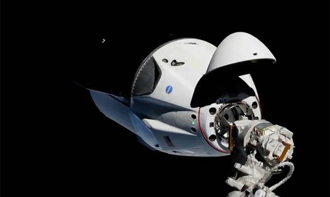 Crew Dragon отстыковался от МКС и возвращается на Землю
