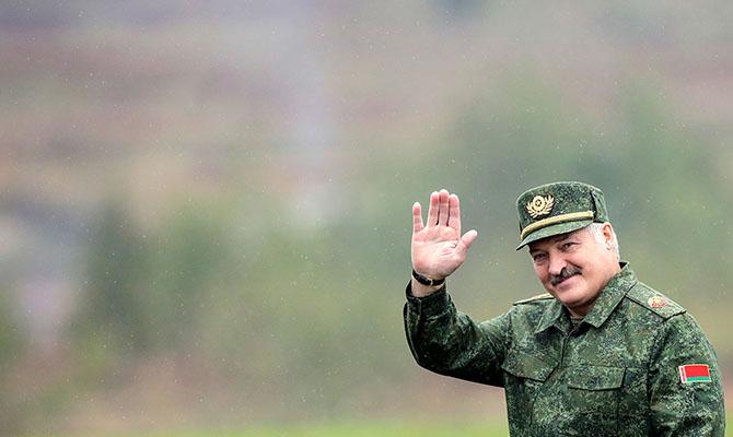Лукашенко лишил званий 80 поддержавших оппозицию силовиков