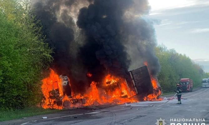 В Хмельницкой области столкнулись и загорелись три автомобиля, погибли четыре человека