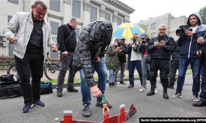 Россия выразила протест из-за акции у посольства в Киеве