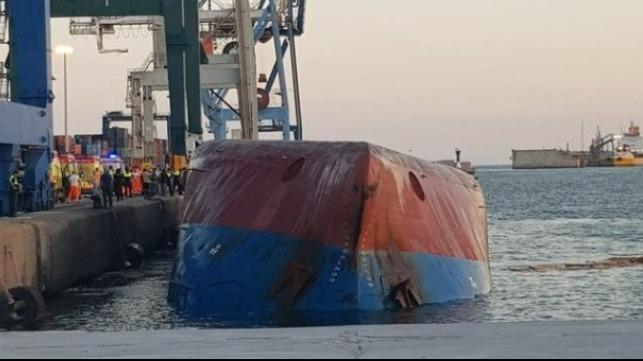 В Испании в порту перевернулось судно