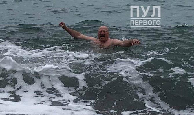Лукашенко искупался в холодном море