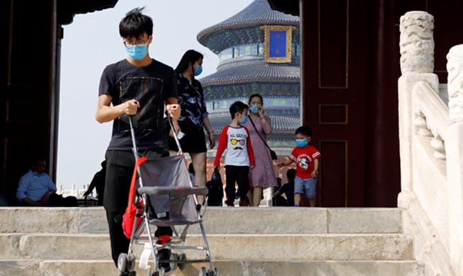Власти Китая разрешили семьям заводить трех детей