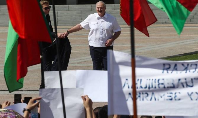 МАЗ, «Белаз» и другие: ЕС ввел новые санкции против чиновников и предприятий Беларуси