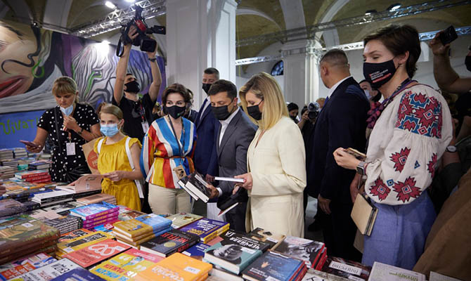 Зеленский с супругой посетил «Книжный арсенал» в Киеве и подписал открытку