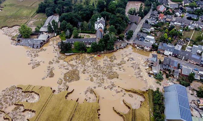 Меркель посетила пострадавшие от наводнения районы на западе Германии