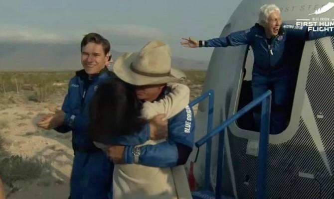 Экипаж Безоса благополучно вернулся на Землю после космического полета