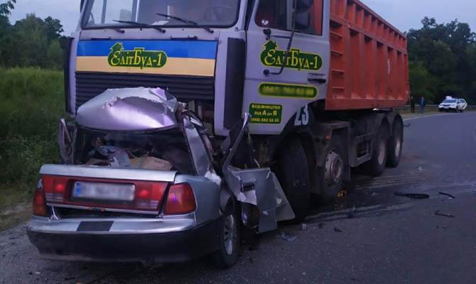 В Полтавской области легковушка врезалась в грузовик, четыре человека погибли