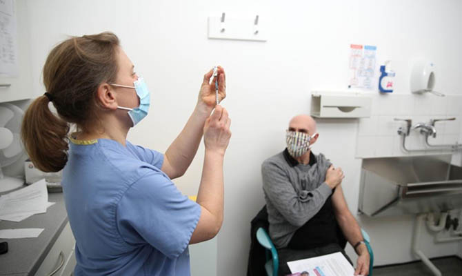 За субботу в Украине сделали почти 70 тысяч прививок от коронавируса