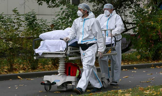 В РФ зарегистрировали более 800 смертей из-за COVID-19 за сутки