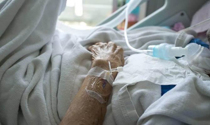 Почти все госпитализированные с коронавирусом украинцы не были вакцинированы